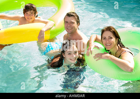 Familie im Schwimmbad - Stockfoto