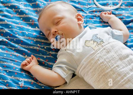 BABY BOY 7 MONATE SCHLAFEN - Stockfoto