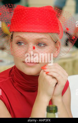 Junge Frau in einem schicken Hut, Moskau, Russland - Stockfoto
