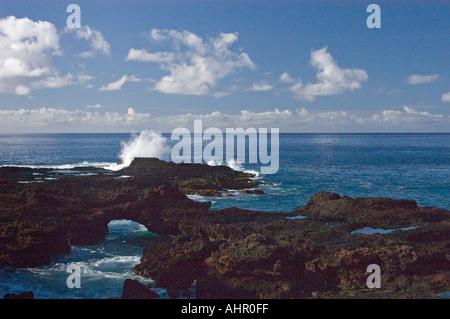 Meer Arch und Welle stürzt auf Felsen am Manele Bay Insel Lanai Hawaii - Stockfoto