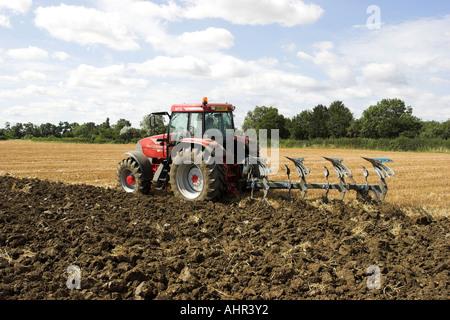 Traktor McCormick MTX pflügen ein Weizenfeld. - Stockfoto