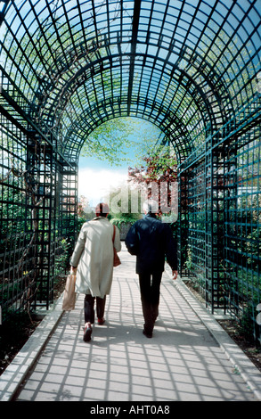 """Paris Frankreich, städtischen Parks paar Walking Park hinunter auf im Pfad """"La Promenade Plantée"""" Frühling - Stockfoto"""
