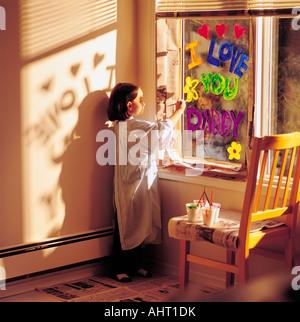 """Kleines Mädchen malen 'ich liebe dich Papa""""am Fenster"""