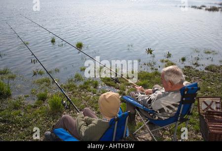 Großvater und Enkel (12-14) Angeln Fluss, Rückansicht - Stockfoto