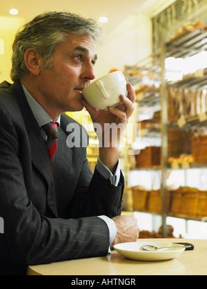 Reife Geschäftsmann sitzen im Café Kaffee trinken - Stockfoto
