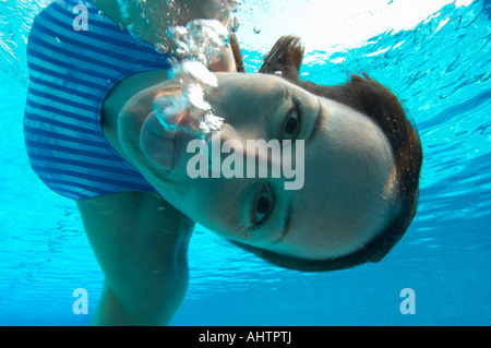 Weibliche Schwimmer ziehen Gesicht, Porträt, Unterwasser-Blick - Stockfoto