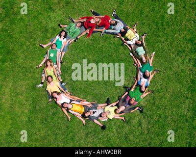 Gruppe liegen auf dem Rasen in einem Kreis - Stockfoto