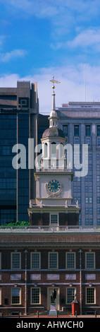 Dies ist eine vertikale Ansicht des oberen Teils historischen Independence Hall, dem Ort der Unterzeichnung der - Stockfoto