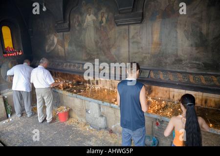 Gläubigen Entflammens Kerzen vor der rumänische patriarchalische Kathedrale in Bukarest / Rumänien - Stockfoto