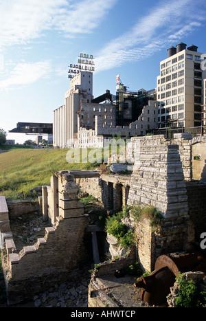 MILL RUINS PARK IM STADTZENTRUM VON MINNEAPOLIS UND MILL CITY MUSEUM. ST. ANTHONY FALLS HISTORIC DISTRICT, MISSISSIPPI - Stockfoto