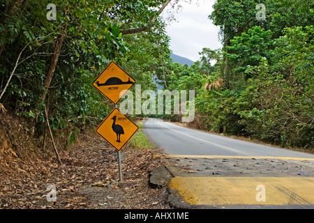 Bild der verunstaltete Straßenschild für den Kasuar Vogel in Australien zeigt ein vor und nach dem Bild des Tieres - Stockfoto