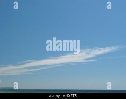 Wolkenbildung mit wispy Wolke Kondensstreifen und einfachen blauen Himmel über Meer mit Fernblick über die weißen - Stockfoto