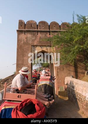 Amber India Touristen Reiten Elefanten durch Tor zum Amber Fort von Elefanten Platz mit Blick auf die Mahout roten - Stockfoto