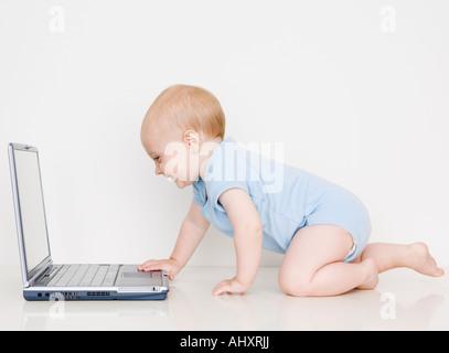 Baby Blick auf laptop - Stockfoto
