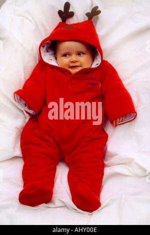 Santas Little Helper 6 Monate alten Baby im Rentier-Anzug - Stockfoto