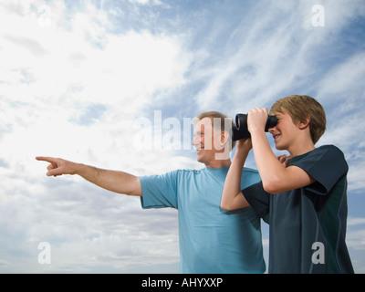 Vater und Sohn mit dem Fernglas - Stockfoto