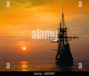 Mayflower II Replik an tiefroten Sonnenuntergang Massachusetts - Stockfoto