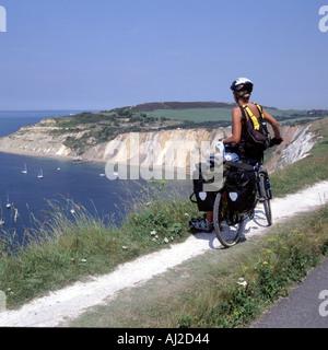Modell freigegeben junge Frau Radfahrer Touren Isle Of Wight stoppt, um Aussicht auf Alaun-Bucht an einem heißen - Stockfoto