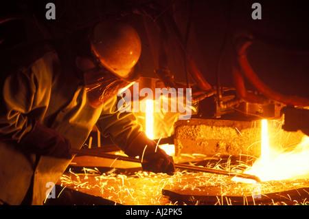 USA-Washington-Seattle-Worker entnimmt Probe Strom von geschmolzenem Stahl innen Birmingham Stahlwerk - Stockfoto