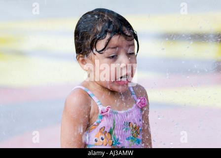 3-jähriges Mädchen spielen in einem Wasserpark in Oklahoma City, Oklahoma, USA. - Stockfoto