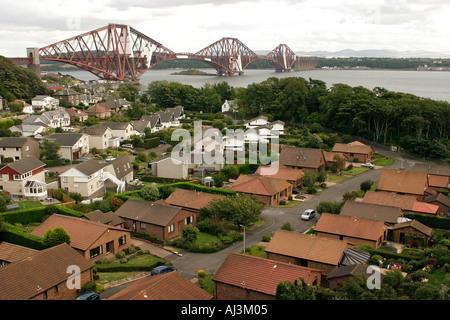 Wohnsiedlung aus die Forth Road Bridge neben der Forth Brücke Brücke von oben gesehen - Stockfoto