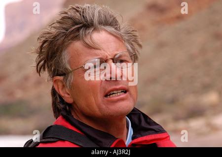 Mann trägt eine rote Schwimmweste und Gläser auf dem Colorado River im Grand-Canyon-Nationalpark, AZ, USA - Stockfoto