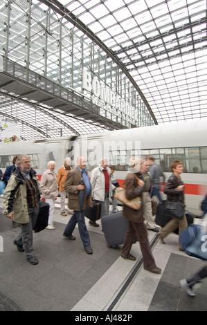 Passagiere aussteigen eine Inter City Express mit Koffern Berlin Central station obere Ebene. - Stockfoto
