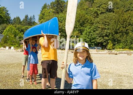 Männlichen Lager Berater und Kinder, die Kanu - Stockfoto