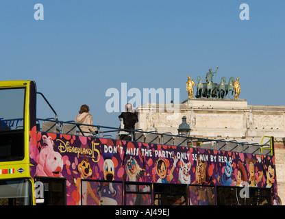 Touristen, die die Fotos von Arc de Triomphe du Carrousel Paris Frankreich - Stockfoto