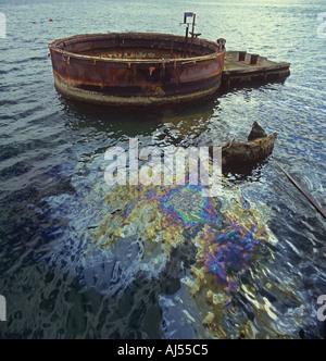 Ölaustritt an der Oberfläche des Wassers neben dem Geschützturm der USS Arizona versenkt in Pearl Harbour Honolulu - Stockfoto