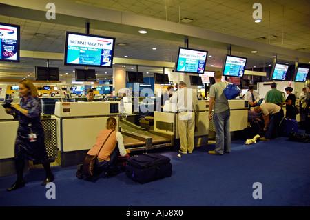 Menschen warten, um ihr Gepäck registrieren und erhalten ihre Bordkarte am Check-in-Schalter der Flughafen Sydney, - Stockfoto