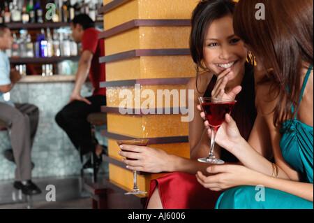 Leute sitzen in der Bar - Stockfoto