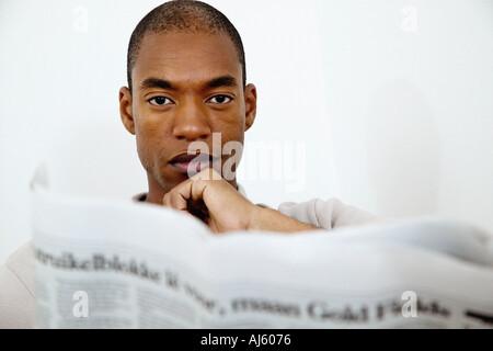 Mann mit Broadsheet-Zeitung - Stockfoto