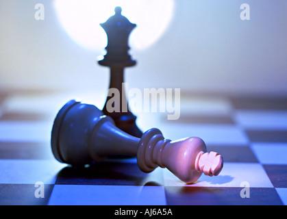 Schach spielen mit besiegten König - Stockfoto