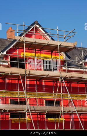 Neue Umwelt freundlich Wohngebäude zeigt das rosa Hohlraum Isolationsmaterial für den Bau verwendet. - Stockfoto