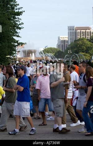 Masse der Leute an den Geschmack von Chicago in der Nähe von Buckingham Fountain - Stockfoto