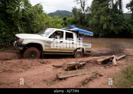 Allrad Fahrzeug mit Navigation Dschungel Track The Gibbon Experience in der Nähe von Huay Xai am Mekong in Laos - Stockfoto