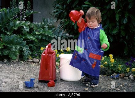 Südwesten Frankreich. Drei Jahre alten Mädchen in einige schwere Gartenarbeit. - Stockfoto