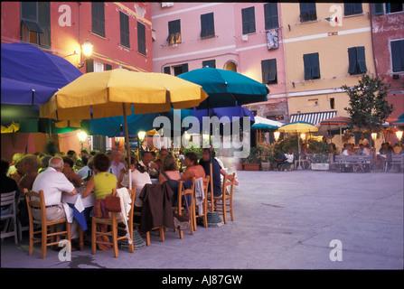 Leute sitzen in einem Straßencafé Vernazza Cinque Terre Ligurien Italien - Stockfoto