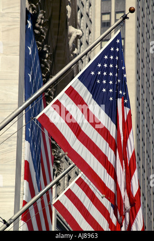 USA-Flaggen auf der New York Stock Exchange Building auf Nassau Street New York NY - Stockfoto