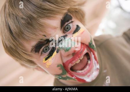 Jungen tragen Gesicht malen - Stockfoto