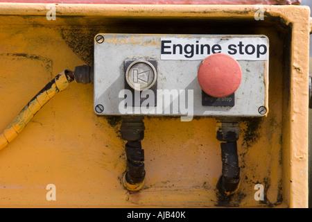 Alten Notfall Motor stoppen Tasten auf vernachlässigte schweren Maschinenpark - Stockfoto