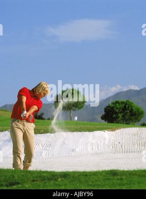 Frau Golfer Strahlen schoss aus Sandfang oder bunker - Stockfoto