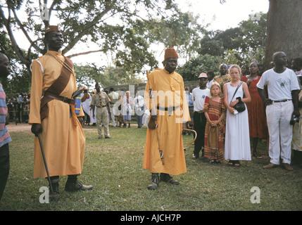 Zwei der Kabaka s Wachen eskortieren König von Buganda auf eine Funktion in Entebbe Uganda-Ost-Afrika - Stockfoto