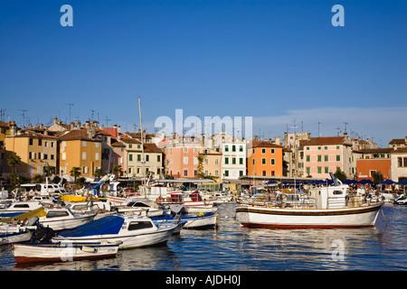 Die überfüllten Hafen von Rovinj mit Freude und Angelboote/Fischerboote, die von bunten Gebäuden umgeben. Küste - Stockfoto