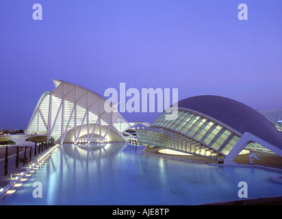 City of Arts & Sciences Science Museum und Hemisferic bei Dämmerung Valencia, Spanien - Stockfoto