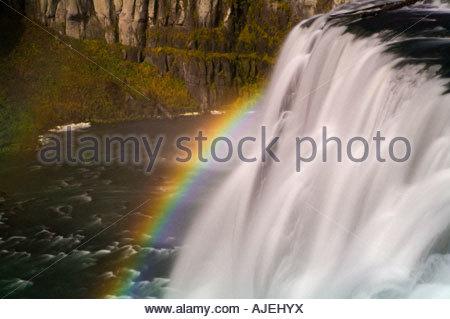 Den Rahmen für eines leuchtenden Regenbogens Upper Mesa Falls, einem 114-Fuß Wasserfall am Snake River in Idaho - Stockfoto