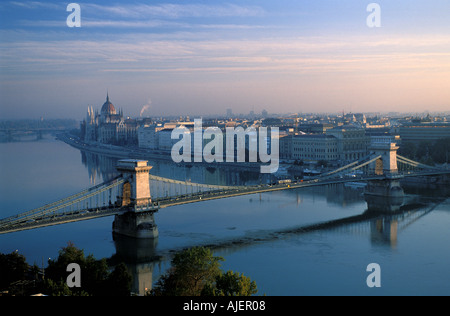 Budapest-Kettenbrücke über die Donau - Stockfoto