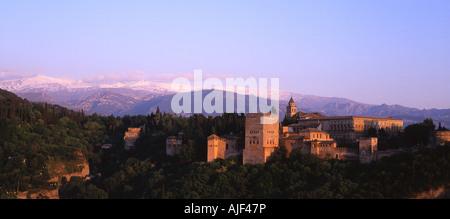 Alhambra-Palast bei Sonnenuntergang vom Mirador San Nicolas Granada Andalusien Spanien - Stockfoto