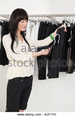 Junge Frau Kleidung einkaufen - Stockfoto